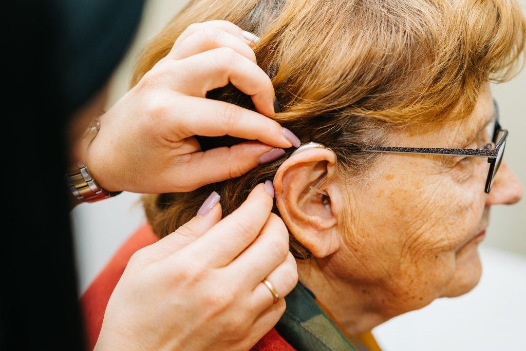Aizauss dzirdes aparāta pielāgošana